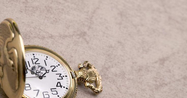 """Modos de usar um relógio de bolso. Relógios de bolso — esses charmosos anacronismos encontrados em lojas de antiguidades — foram criados no início do século 16, de acordo com Robert Thatcher em """"Brief History of the Pocket Watch"""". Quando os relógios de pulso se tornaram populares, o relógio de bolso, que possuía uma manutenção mais cara, desapareceu do mundo da moda. Para aqueles ..."""