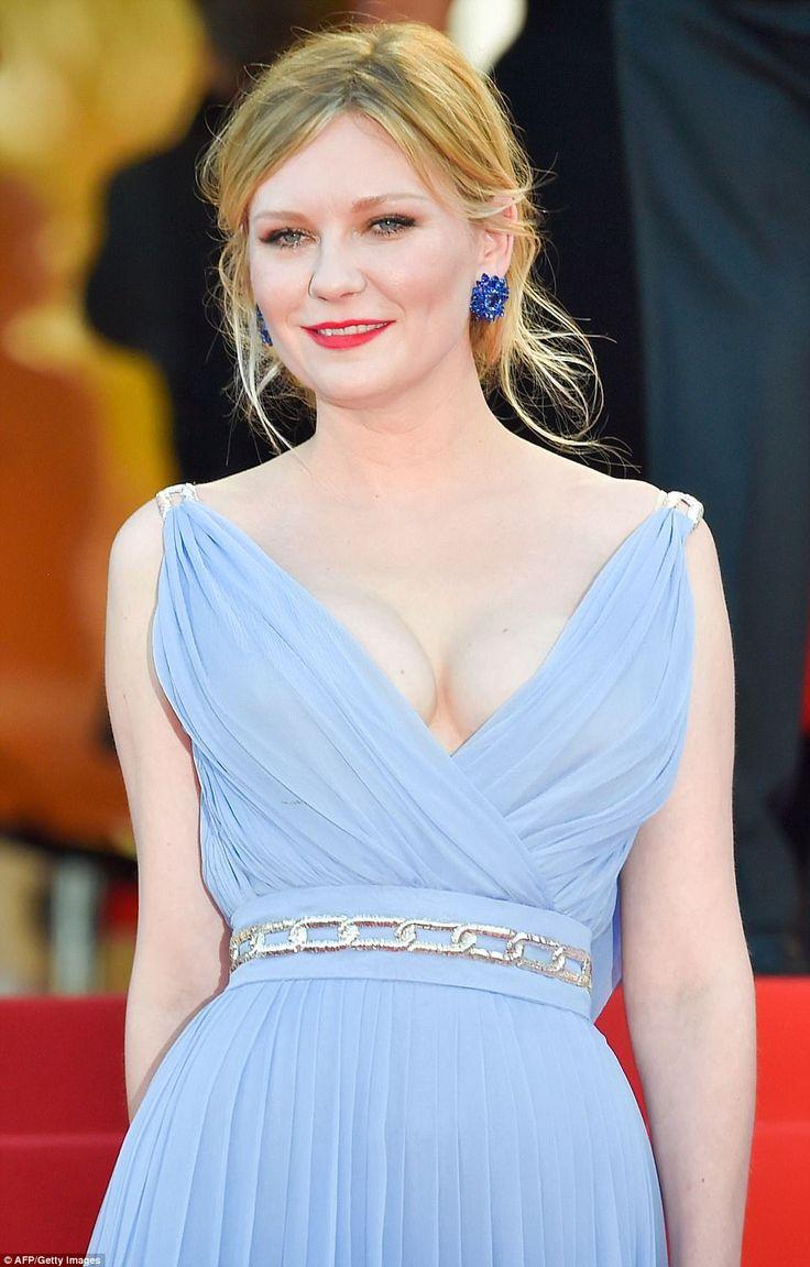 -Inspiración griega: Kirsten, 35, parecía sensacional en un atrevido, hundiendo vestido azul pálido, las burlas su amplio busto en la parte delantera