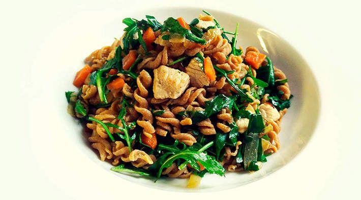 Protein-Pasta in Karotten-Puten-Pfanne mit Rucola