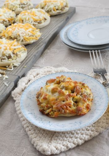 Make-Ahead English Muffin Breakfast Pizzas To reheat: Preheat oven to 350 degrees.