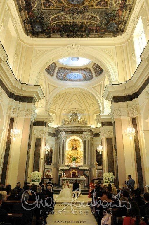 White carpet personalizzato con dedica d'amore per l'arrivo della sposa in chiesa.