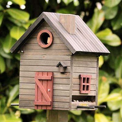 Lodge is een voederhuisje en nestkastje.  Dit model kan zowel op een paal als tegen een schutting/muur bevestigd kunnen worden met het bijgeleverde bevestigingsmateriaal.  Als voederhuisje: De Multiholk® bevat een 2-liter reservoir voor vogelzaad. Voldoende voedsel dus en dit maakt de Multiholk® tot een druk bezochte voederplaats van diverse vogels.De ronde invliegopening kan afgesloten worden op het moment dat de Multiholk® als voederhuisje dienst doet.