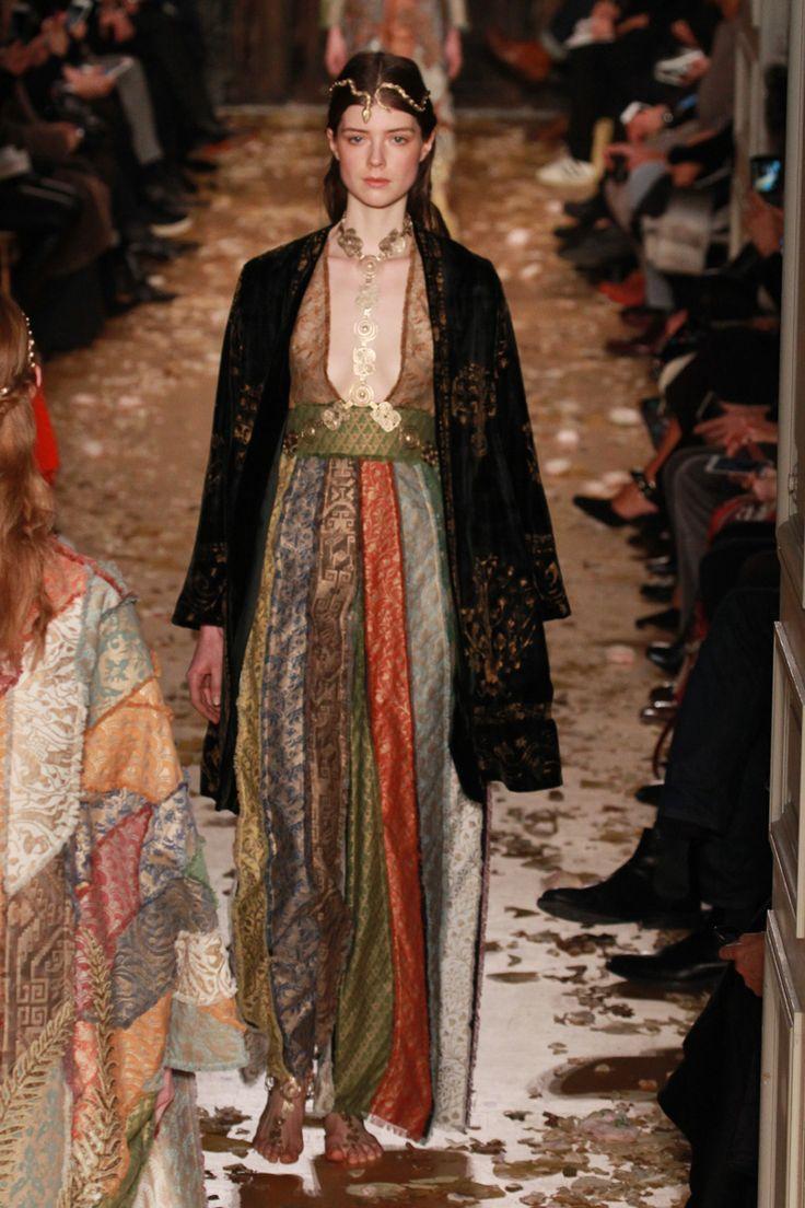 Valentino se inspira na natureza da obra de Mariano Fortuny e nas artes bizantina e oriental - Vogue   Desfiles