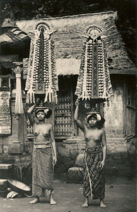 Девушки и женщины Бали (23 ретро-фото топлесс)