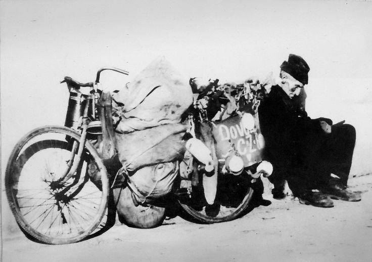 Donát Izrael /  Olomoučané si pamatují na vyschlou postavičku muže v čepičce, pracovním oděvu a gumácích, který se s předválečným černým dámským kolem obloženým hadrami a starým papírem zjevoval v ulicích města.