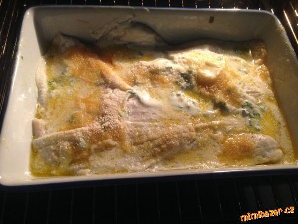 Zapečené filé se zakysanou smetanou a bazalkou (dle Polhreicha) rychlé a velmi dobré!  600g rybího filé nebo jiné bílé ryby bez kostí, 30g másla , 120ml zakys smetany, 120g sýru lučina, strouhanka na zasypání, citron, bazalka, sůl, pepř Rybu ochutíme pepřem a solí. Zapékací mísu vymažeme a  troubu na 175°C. Promícháme lučinu a smetanu s petrželkou v míse.  Plátky ryby obalíme v této směsi a naskládáme do zapékací mísy. Zasypeme strouhankou a kostičkami másla. Pečeme cca 30 minut