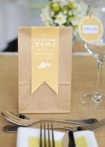 Cadeaux invités avec remerciement inclus : bonne idée pour les sachets de la sweet table.