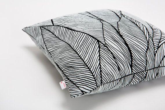 Rondsel kussen is een elegante, decoratieve object voor uw bank, afgedrukt met een natuur geïnspireerd patroon ontworpen door Mika Barr. De unieke structuur pauzes fijn volgens haar patroon. Spannende kleurenpalet creëert een krachtige mix van textuur en tint.  Het item is pre-orde ***  Afmeting: 45 x 45 cm / 17.7x17.7 inch  Kleur: zwart - wit  Ook verkrijgbaar in andere kleuren.  Materialen: Afgedrukte polymeer op katoen.  Deze aanbieding omvat niet het invoegen ***  Beschikbare…