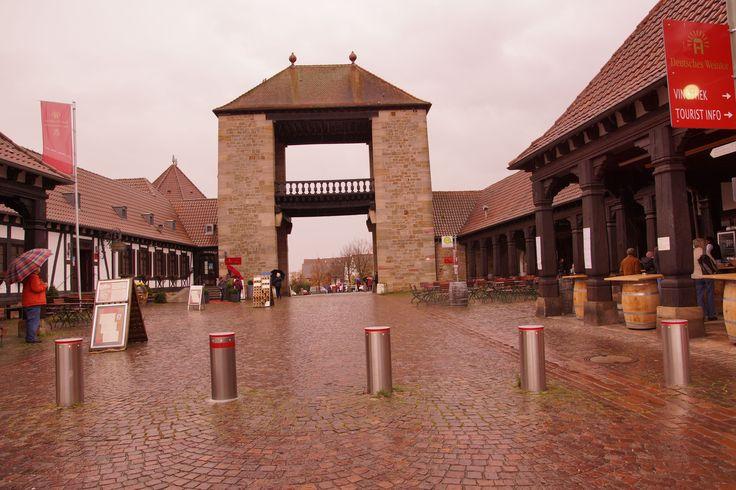 Das Deutsche Weintor steht in Rheinland-Pfalz in Schweigen-Rechtenbach. Es markiert seit 1936 den südlichen Beginn der Deutschen Weinstraße. Entlang der Weinstraße gibt es viele Weinberge und Anbaugebiete. Dort reifen die Trauben heran, aus denen eine Vielzahl an Pfälzer Weinen hergestellt werden. Außerdem gibt es in Rheinland-Pfalz wunderschönen Schmuck. Mehr Informationen finden sie auf unserer Seite www.jewels24.de #wein #pfalz #weintor #schweigen #rechtenbach
