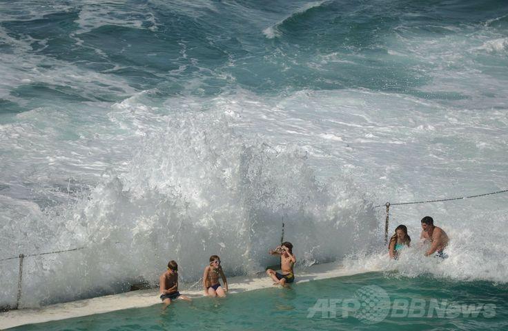 オーストラリア・シドニー(Sydney)のボンダイ・ビーチ(Bondi Beach)の海辺のプールで砕ける波に打たれる行楽客ら(2014年4月18日撮影)。(c)AFP/Peter PARKS ▼20Apr2014AFP|復活祭の休暇、海辺のプールに砕ける波 オーストラリア http://www.afpbb.com/articles/-/3013075