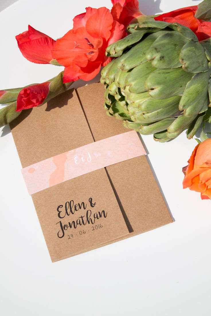 Trouwkaart van Ellen & Jonathan. Een pocketfold van kraftpapier met sprekende groene, oranje en rode kleuren - Ontwerp door: www.leesign.nl #trouwkaart #stationery #pocketfold #weddingstationery #kraft #kraftpapier #cards #wedding #bruiloft #trouwen #leesign