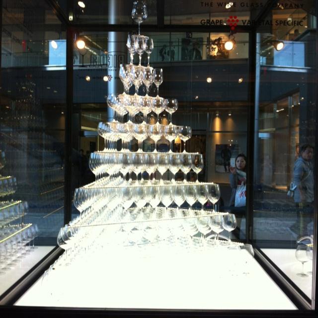 リーデルのグラスツリー?を発見。昨年は仕事で一生懸命シャンパンタワー積んだな。あれもう去年なのか。
