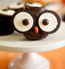 cupcake owls - these are SO cute! Mini cupcake, frosted w/chocolate icing w/two little points, oreos, reese's pieces for pupils and nose!