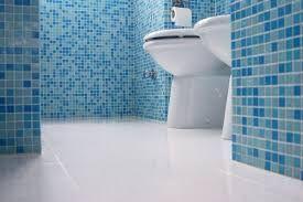 Los azulejos de un baño representan un tipo de textura geométrica hecha por el hombre