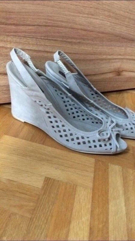 Mein Keilsandalette Jumex Größe 41 grau Schuhe Absatzschuhe Keilabsatz von Jumex! Größe 41 für 6,00 €. Sieh´s dir an: http://www.kleiderkreisel.de/damenschuhe/hohe-schuhe/150900371-keilsandalette-jumex-grosse-41-grau-schuhe-absatzschuhe-keilabsatz.