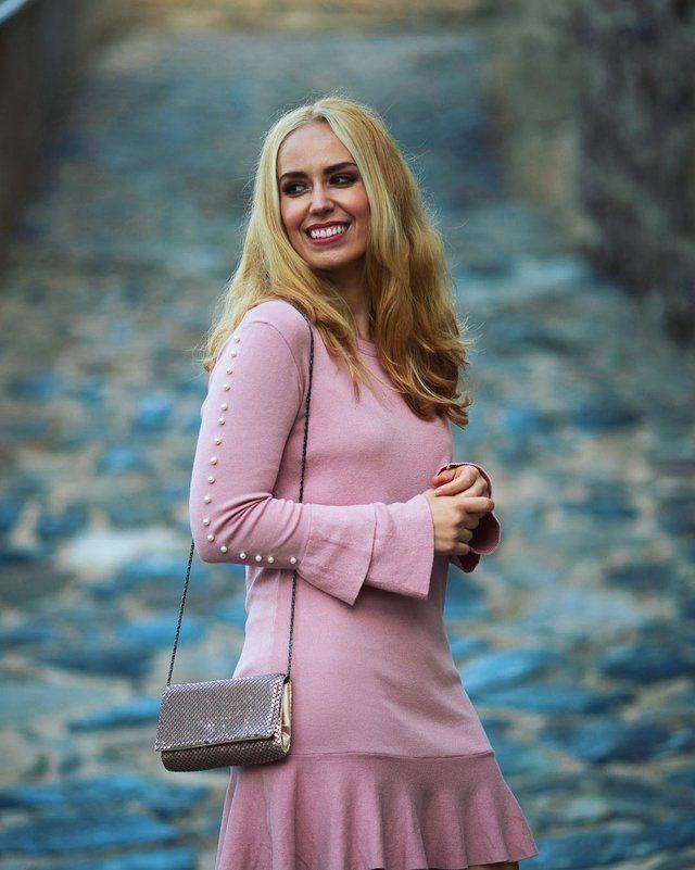 Este vestido de Sammydress de un tono rosa pálido espactacular y llamativo se ajusta perfectamente a una imagen tan femenina y clásica como sensual y provocadora, con su corta falda con volantes y las perlas que adornan las mangas de esta prenda.