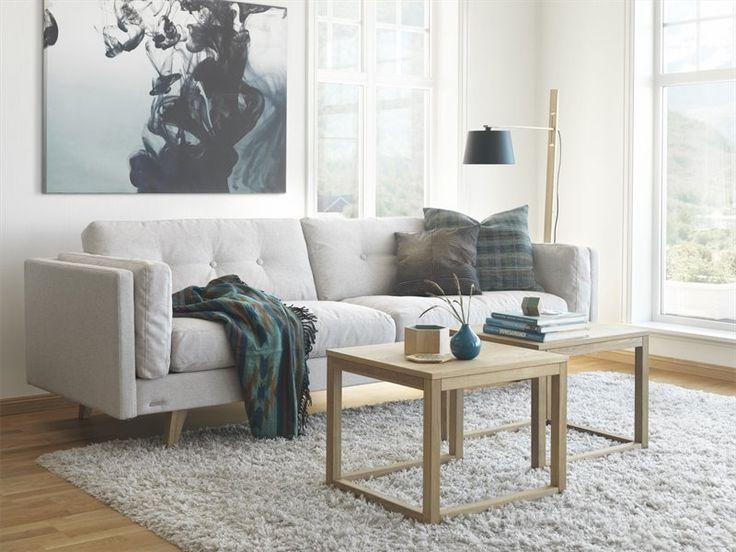 Soffa Weston från Brunstad med knappar i ryggen är en modern 3,5-sitssoffa med vinklade ben i oljad ek. Weston finns även som 2,5- och 3-sitssoffa, och i flera olika tyger och läderfärger.