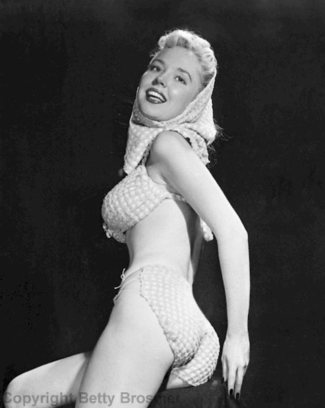 25 beautiful black and white portraits of of Betty Brosmer - The girl with the impossible waist.