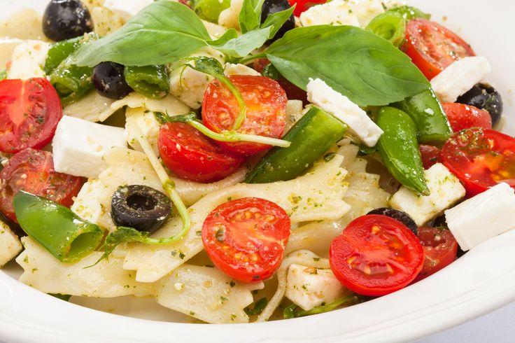 Salát Pasta těstovinový salát s domácím bazalkovým pestem, rajčátky, černými olivami a fetou