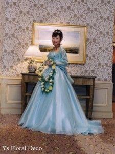 189  フォーシーズンズホテル挙式の新婦さんへ 水色のドレスに黄色のリースブーケ
