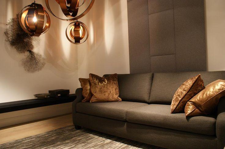 Baan showroom Waddinxveen l De Scelta Rotondo bank gecombineerd met brons/koperen accenten l