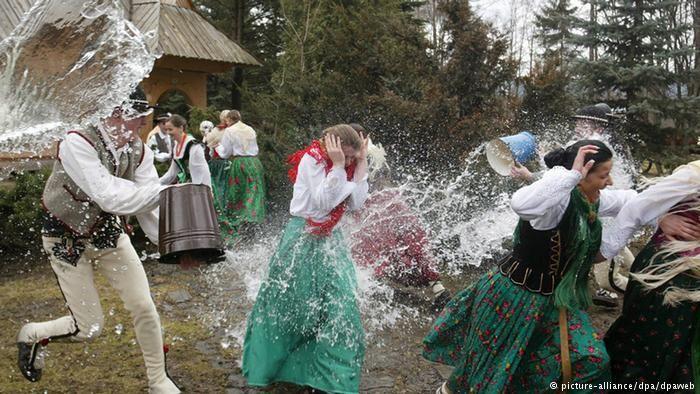 В так называемый поливальный или обливанный понедельник - сразу после Пасхи - польские парни обливают девушек водой из ведер, ушатов и водяных пистолетов. Впрочем, девушки в долгу не остаются и платят тем же. Обряд смигус-дынгус напоминает о знаменательном событии - крещении князя Мешко I в 966 году, обратившего Польшу в христианство.