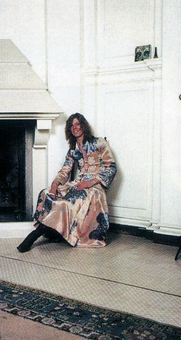 David Bowie usando vestidos y con pelo largo en 1971 antes que crear su personaje de Ziggy Stardust en 1972.