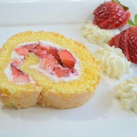 En güzel mutfak paylaşımları için kanalımıza abone olunuz. http://www.kadinika.com @Regrann from @rukiye__mutfakta -  Buyurun canlar tarif Çikekli rulo 5 Yumurta 100g Şeker 1 tatlı kaşigı Kabartmatozu 1 Paket Vanilyaşekeri 2 paket Vanilyalı Pudding  2 kutu Krema (Schlagsahne) 1 yemek kaşıgı Şeker 1 Vanilyaşekeri 500g Çilek 2 paket Krema sertleştiricisi  İlk önce yumurtanın sarısını ve beyazını ayırın daha sonra yumurta beyazını cırpın kar haline getirin.Bir baska kabda yumurta sarısınışekeri…