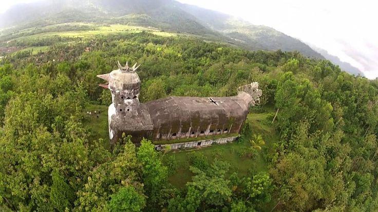 Una misteriosa iglesia indonesia abandonada con forma de… pollo gigante