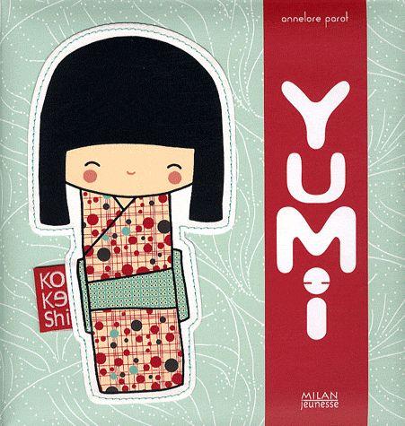 Un album très esthétique et original qui pourrait faire craquer les petites filles. Je ne suis pas une petite fille mais j'ai quand même adoré!!! J'ai tout de suite craqué sur sa couverture épaisse et moelleuse sur laquelle est cousue une petite poupée. Cette poupée, c'est Yumi. C'est une kokeshi (poupée de bois japonaise qui porte bonheur). Page après page, cette adorable poupée nous invite à découvrir son univers. Une jolie histoire agrémentée de petits jeux.