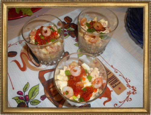 Салат-коктейль с креветками.