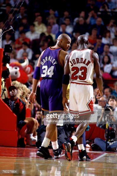 Fotografia de notícias : Charles Barkley of the Phoenix Suns chats with...