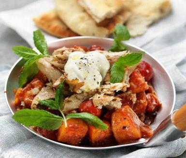 Härliga orientaliska dofter sprider sig i köket när denna vegetariska curry tillagas. Sötpotatis samsas med kokos, kardemumma, ingefära och koriander. Grytan toppas med stekta sojabitar och yoghurt. Servera gärna med naanbröd. En härlig, matig och smakrik måltid att se fram emot.