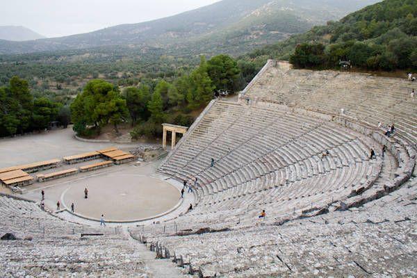Il teatro di Epidauro,si trova nell'antica città omonima, sede del tempio dedicato al dio Asclepio distrutto dai romani alla metà del II secolo a.C. Quando fu costruito all'inizio del III sec. a.C. il teatro ospitava 6200 spettatori, successivamente, nel II sec. a.C. fu ampliato e la sua capienza divenne di 12300 spettatori. Per la sua eccellente acustica, ancora oggi il teatro è utilizzato per spettacoli di prosa e concerti. La sua orchestra di forma circolare è di circa 20 metri di…