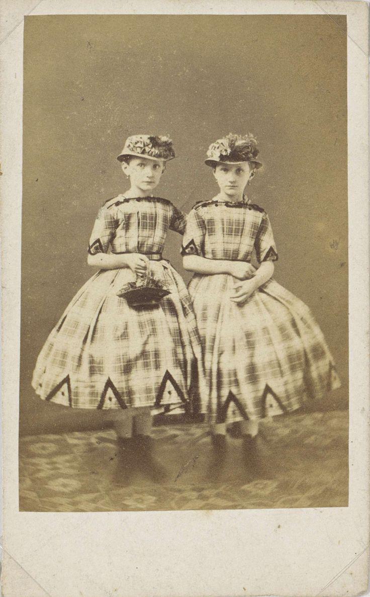 Portret van twee meisjes in geruite jurken met hoeden, C. Marcussen, 1862 - 1868