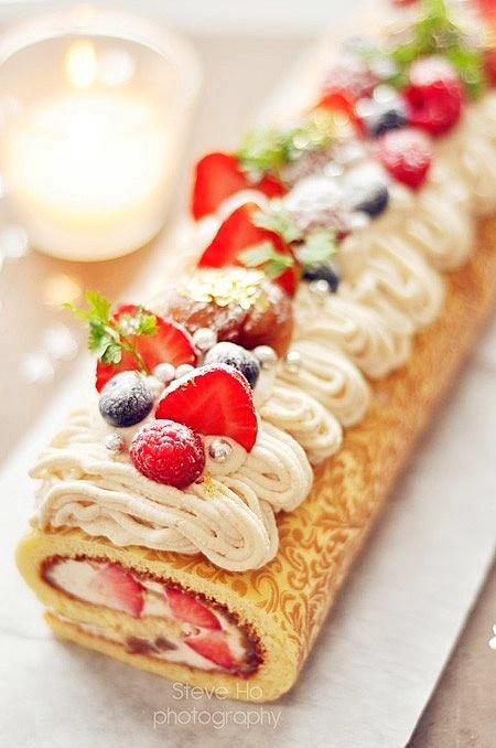 rollo de crema y fresas