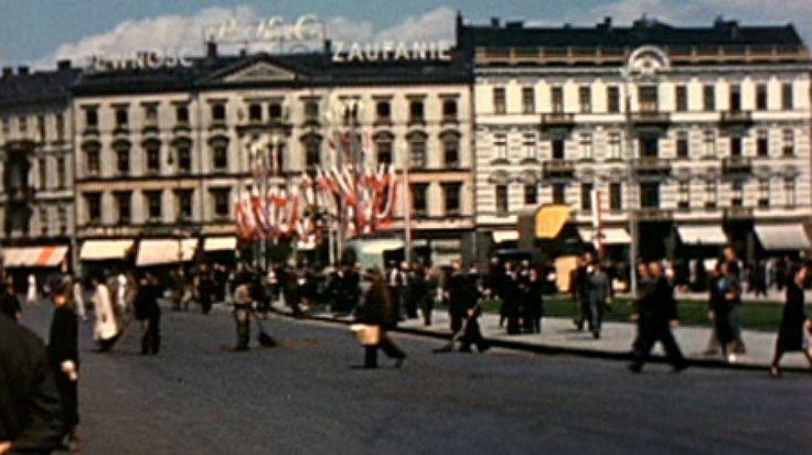 Jest połowa sierpnia 1939 roku. Polska świętuje razem z żołnierzami ich dzień, ulicami Warszawy idzie defilada ułanów. Dziś na spacer ulicami przedwojennej...