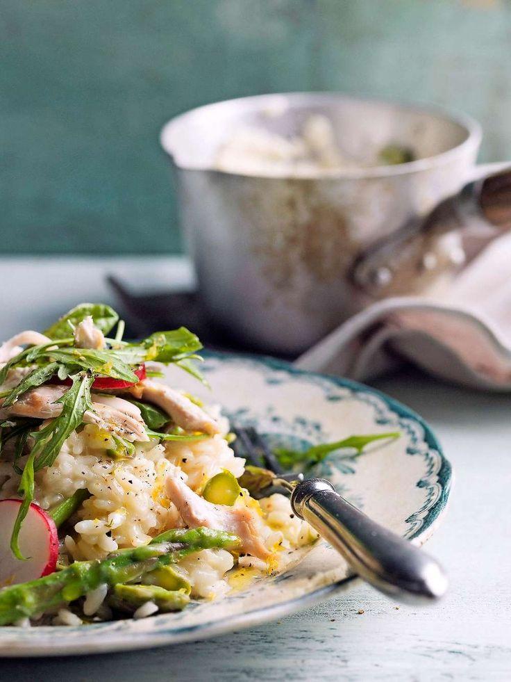 Toppa en krämig risotto med krispig kycklingsallad, succé till helgen!