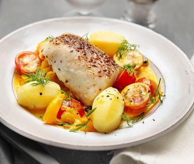 Kryddbakad torsk med fänkål som får en sprakande gul färg av saffran. Kryddor mortlas, strös runt fisken och steks färdig i ugnen. Den mjuka såsen av bland annat fänkål, lök, citron och saffran sprider en ljuvlig doft i köket medan den kokas. Avnjut ihop med torsk, nykokt ris och tomathalvor.