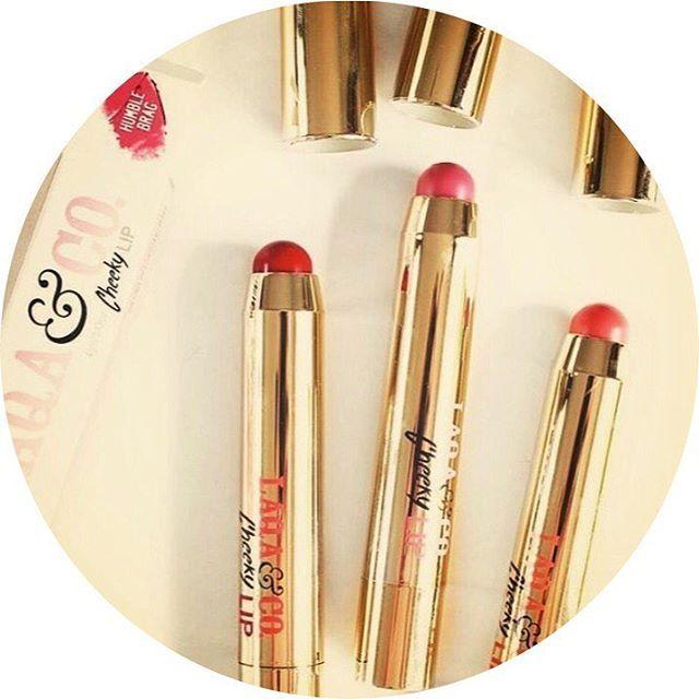 💰SOLDES 💰  💕Choisissez la facilité avec les crayons Mixtape 3 en 1 de chez Laqa&Co🍓Plus besoin d'emporter avec vous blush, crayons à lèvres et rouge à lèvres, ce produit répond à tous ces besoins ! 🌈Retrouvez le plaisir d'avoir des lèvres 👄 hydratées et sublimées par les couleurs éclatantes proposées par notre site✨.  👉🏻Disponibles sur www.lanaika.com  🤙🏽Code Promo dans la Bio