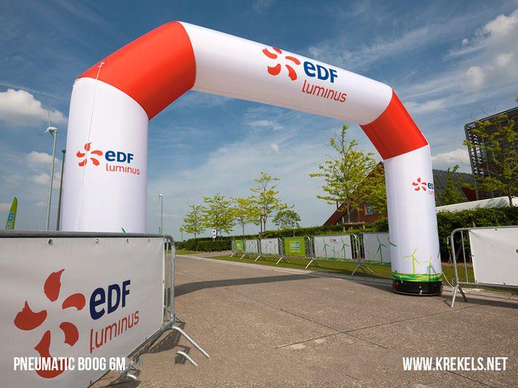 Deze opblaasboog 6m voor EDF Luminus wordt ingezet aan de finishlijn van de loopwedstrijd #smartrun. De zuilen en bogen van krekels zijn in een handomdraai opgesteld, super mobiel en opvallend. Het pneumatische systeem zorgt ervoor dat het product slechts 1 maal moet worden opgeblazen en geen verdere luchttoevoer van een luide motor vereist.  #krekels #edfluminus #inflatable #thearttoattractpeople