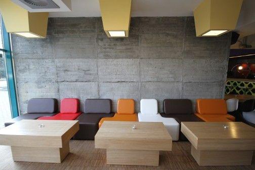 Betonowe ściany, wyraziste kolory, sofy-puzzle – zaprojektowane przez Piotra Barańskiego z biura 'Init' wnętrza klubu w Gorzowie Wielkopolskim mają wprowadzać gości w świat architektury, sztuki i designu. http://sztuka-wnetrza.pl/991/artykul/beton-i-puzzle