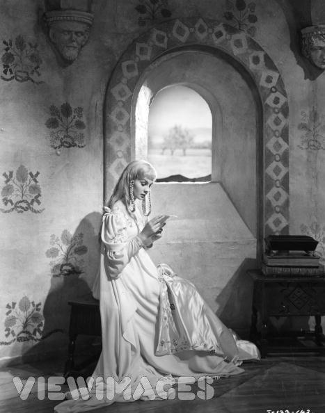 В Гамлете 1948 года (режиссер и исполнитель главной роли Лоуренс Оливье) роль Офелии сыграла английская актриса Джин Симмонс.