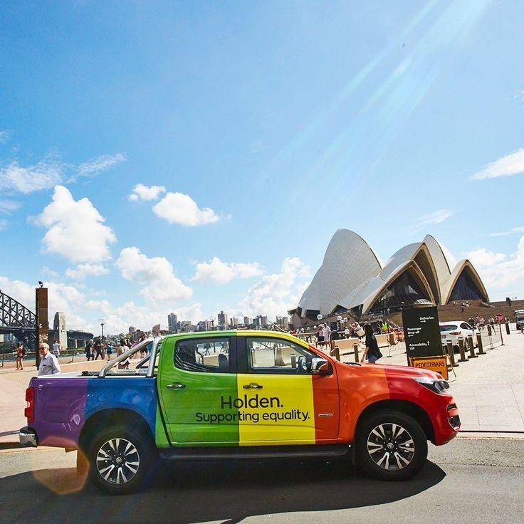 """Holden Colorado Rainbow: Mardi Gras 2017 Marca australiana que pertence à General Motors tornou-se a primeira marca de veículos a patrocinar o Mardi Gras como é conhecida a parada do orgulho gay e lésbico em Sydney. A Holden disponibilizou vários modelos para o evento que aconteceu neste sábado inclusive essa Colorado (aqui conhecida como S10) com as cores do arco-íris. Por que? """"Os australianos estão mudando e evoluindo assim somos nós. Então é hora de mostrar nosso apoio para as causas em…"""