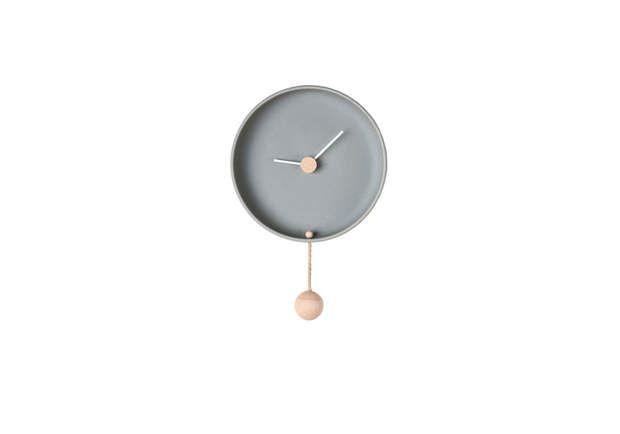 Horloge tendanceForme pure. Horloge en céramique non émaillée et bois de bouleau, H 32 cm, diam. 20 cm. Federica Bubani chez Bazartherapy, 98 €.On aime : la pureté simplifiée d'une horloge à balancier qui adopte des lignes et des matériaux contemporains.