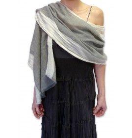 STOLA ARTIGIANALE CASHMERE E LANA SAHARA VOLANT  Calda e leggera come una piuma, da indossare nelle serate fresche o con un abito da sera. Annodatela al collo, come una sciarpa con cappotti e piumini. La userete in molte occasioni ed in tutte le stagioni. Un accessorio per una donna moderna ed elegante che osa stupire.  http://www.cashmerewool.it/it/sciarpe-stole-guanti/stola-artigianale-cashmere-e-lana-sahara-volant.html