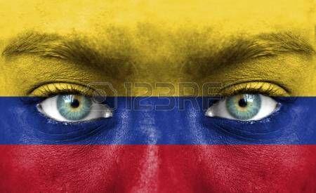 Rostro humano pintado con la bandera de Colombia.
