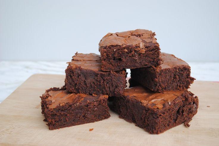 Brownie je malý nenápadný koláč, ktorý poznajú ľudia na celom svete. Je tak nadčasový, že si ho zamilovali celé generácie gazdiniek amilovníkov čokoládových koláčikov. Čoraz častejšie sa vsúvislosti sním skloňuje titul najjednoduchší koláč na svete. Jednoduchou prípravou sa často prirovnáva kmuffinom, no za nás hovoríme, že chuť originálneho brownie sa smuffinami nedá porovnať! Aby ste
