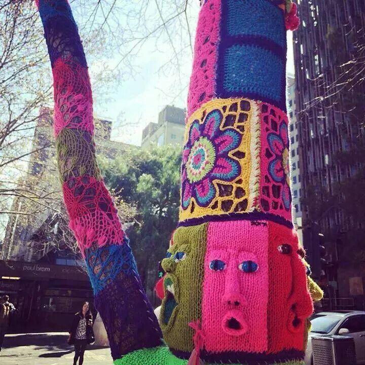 Yarn bomb by Annette Fitton http://restreet.altervista.org/guerrilla-knitting-la-street-art-delle-casalinghe/