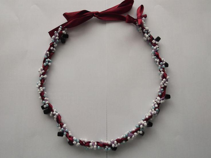 colier realizat din pamblica grena din satin cu perle de sticla turcoaz, margele de nisip sticla albe si cuburi din sticla de culoare neagra pret 35.00 lei mai multe detalii pe iza bijoumade